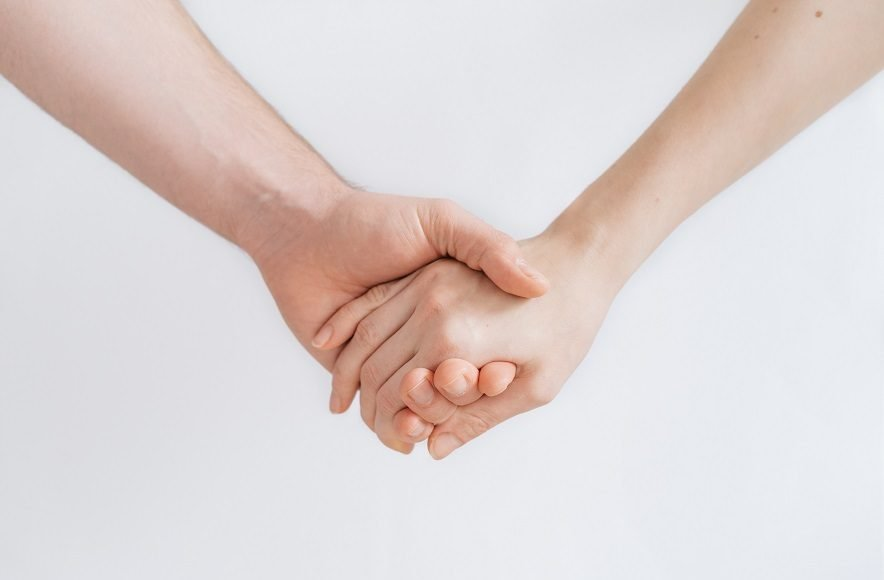 Holding hands can sync brainwaves ease pain