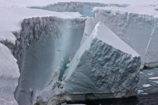 Ocean waves following sea ice loss trigger Antarctic ice shelf collapse