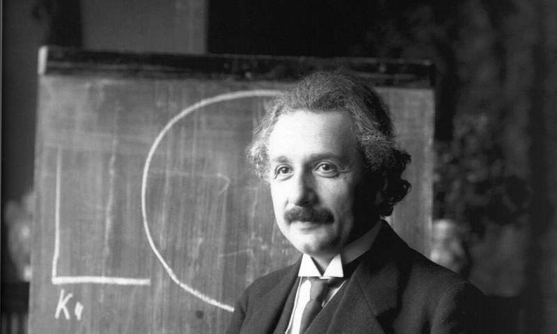 How Einsteins equivalence principle extends to the quantum world