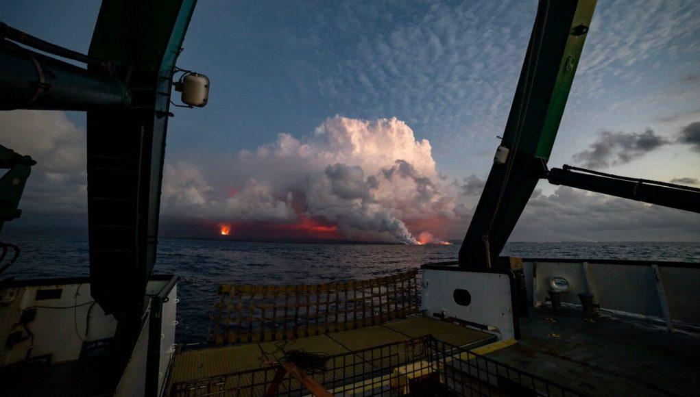 cropped Kīlauea lava fuels phytoplankton bloom off Hawaii Island