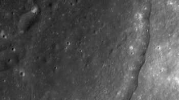 cropped New study complicates theory that ancient impact pierced Moons crust