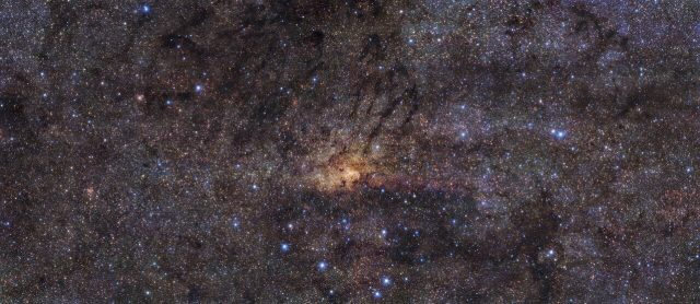 Very Large Telescope images stunning central region of Milky Way finds ancient star burst