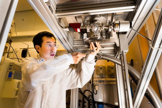 Renewable fuel from carbon dioxide with the aid of solar energy