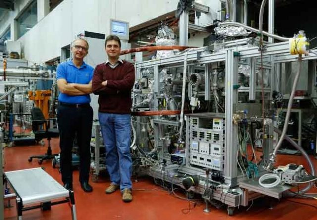 Quantum wave in helium dimer filmed for the first time